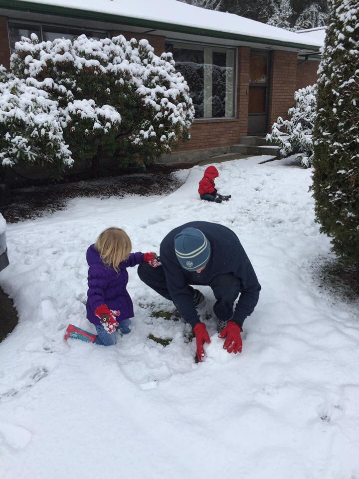 Family spends their first day in Seattle playing in the snow for the first time.